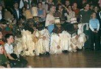 Die Klötzler knien sich hin und warten auf den Auftritt der nachfolgenden Figuren.